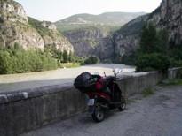 Ze zpáteční cesty. Na protějším břehu řeky Adige vede dálnice na Brenner.