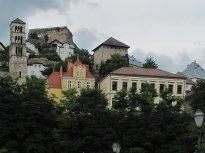 7 Jajce pod zataženou oblohou – panorama městečka s pevností. Foceno u parkoviště, z mostku přes řeku Pliva.